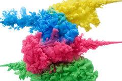 inchiostro-acrilico-variopinto-acqua-isolata-su-bianco-sottragga-la-priorità-bassa-esplosione-di-colore-91874071